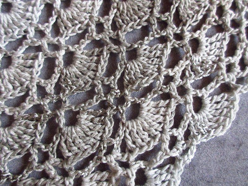 Kleinesbild - Großes Dreieckstuch in hellen Grautönen und Glanzeffekten, Stola, Poncho, gehäkelt