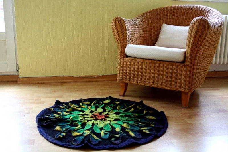 Kleinesbild - Handgefilzter Teppich oder Wandteppich mit aufgefilzten Blättern