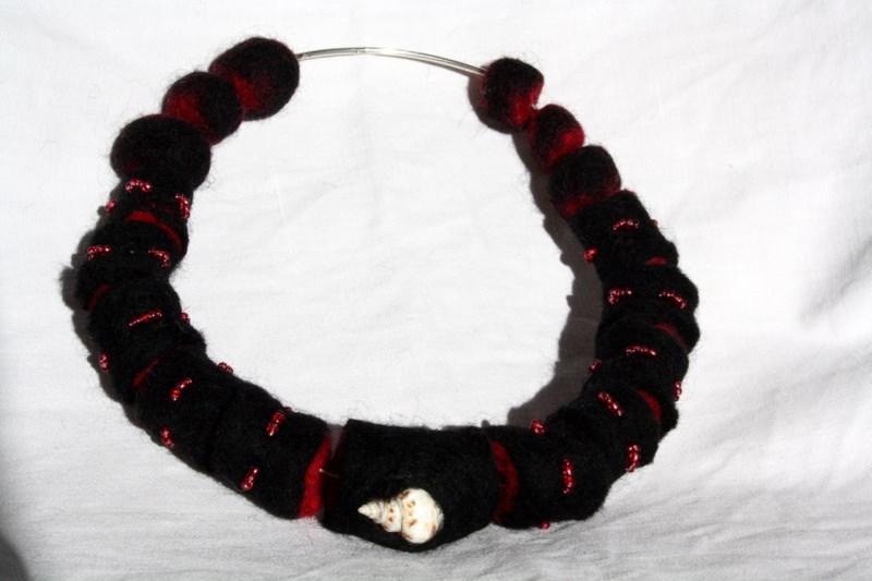 Kleinesbild - gefilzte Halskette, Halsreif mit Muschel und Glasperlen
