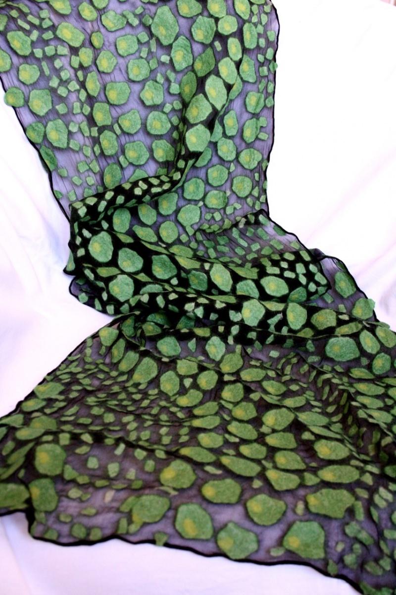 Kleinesbild - befilzter Seidenschal aus Chiffon mit aufgefilztem Schlangenmuster