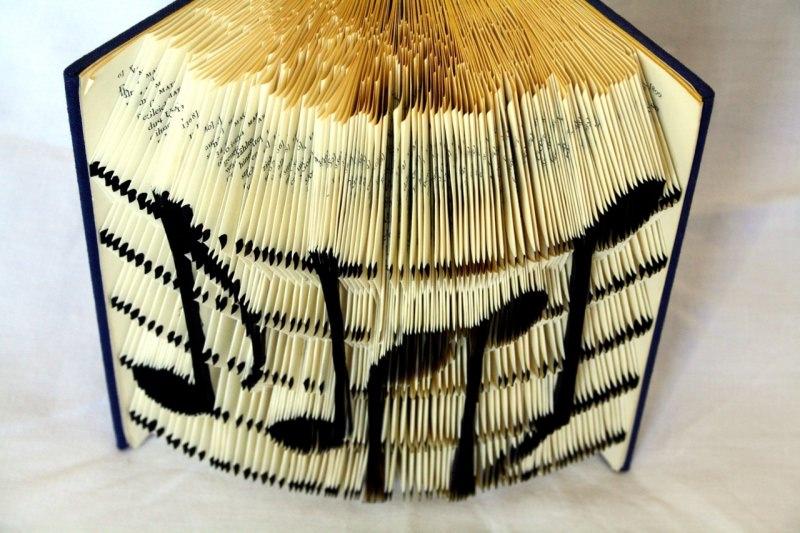 - gefaltetes Buch, Buchkunst mit Noten eines Liedes - gefaltetes Buch, Buchkunst mit Noten eines Liedes