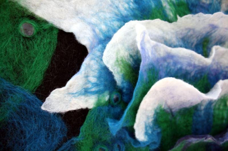 Kleinesbild - Handgefilzter Wandteppich mit aufgefilzten Wellen und Muscheln