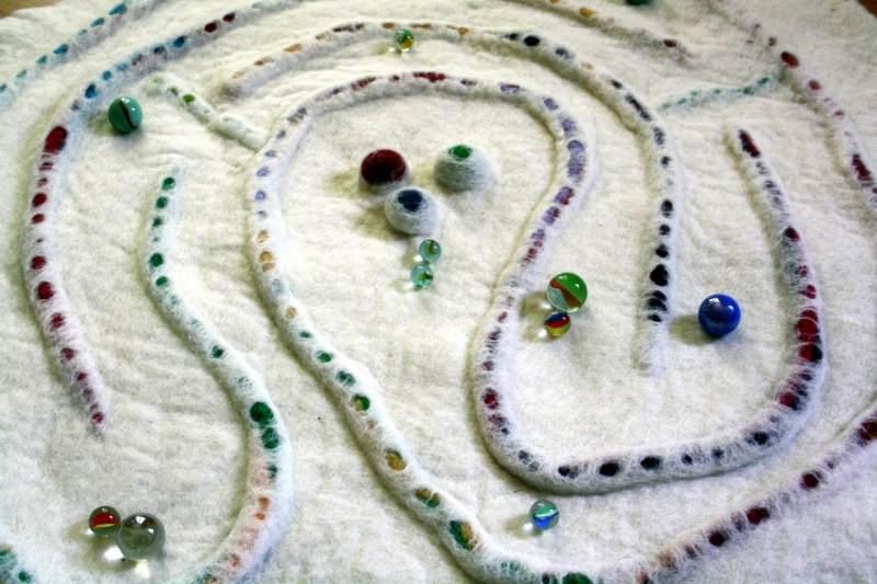 - Handgefilzter Spielteppich oder Wandteppich mit Labyrinth - Handgefilzter Spielteppich oder Wandteppich mit Labyrinth