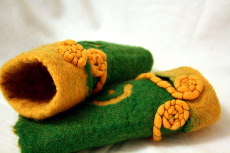 Kleinesbild - Handgefilzte Stulpen, Armstulpen mit Schneckenmuster