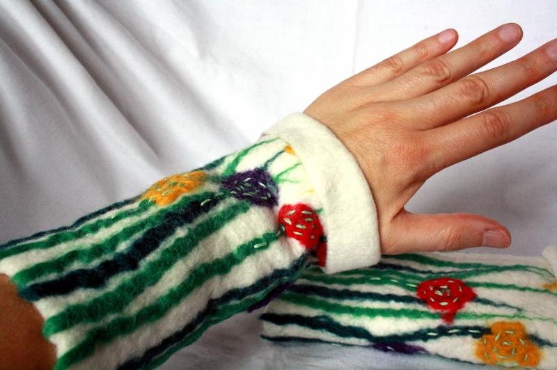 Kleinesbild - Handgefilzte Stulpen, Armstulpen mit Blumenmuster
