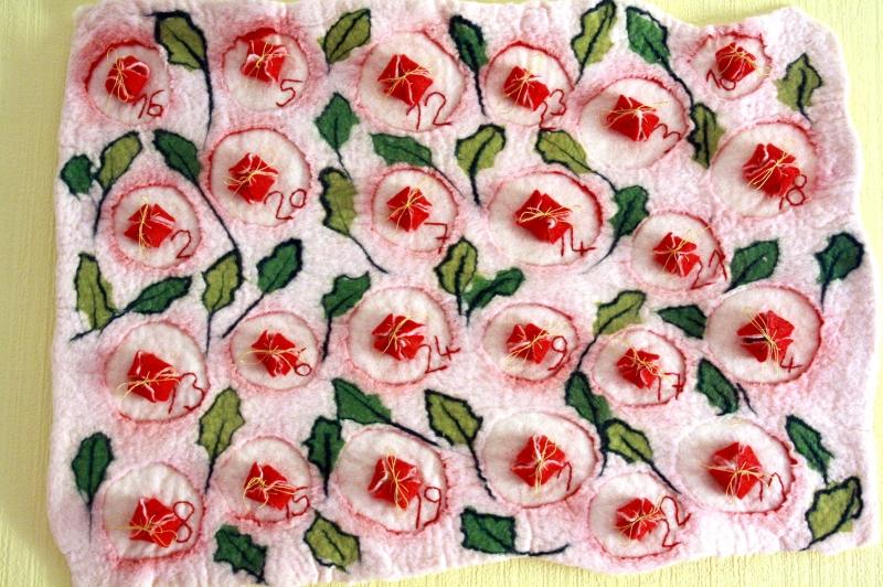 - Handgefilzter Adventskalender mit Misteln und Blüten - Handgefilzter Adventskalender mit Misteln und Blüten