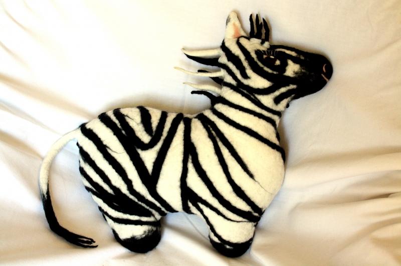 - handgefilztes Zebra als Kuschelkissen, Kuscheltier - handgefilztes Zebra als Kuschelkissen, Kuscheltier