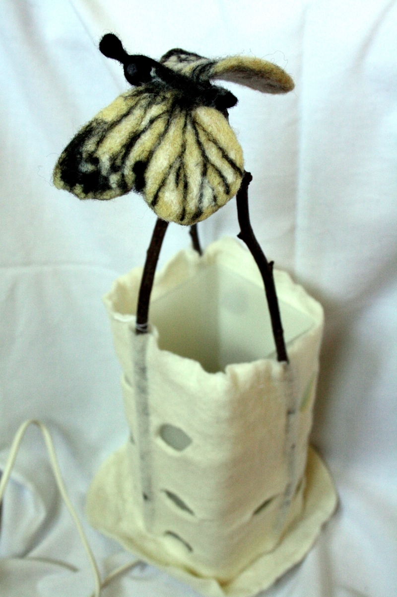 - handgefilzter Lampenschirm, Filzlampe mit Schmetterling - handgefilzter Lampenschirm, Filzlampe mit Schmetterling