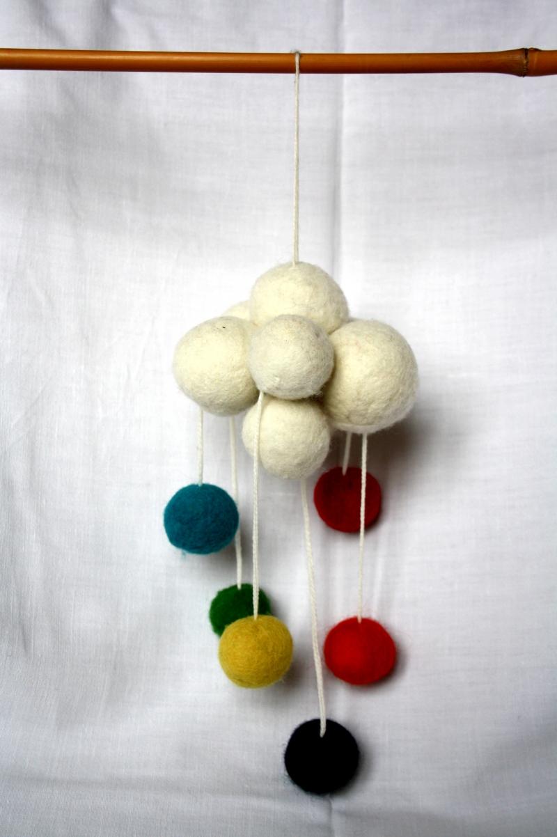 - handgefilztes kleines Mobile, dicke Wolke mit bunten Bällen - handgefilztes kleines Mobile, dicke Wolke mit bunten Bällen