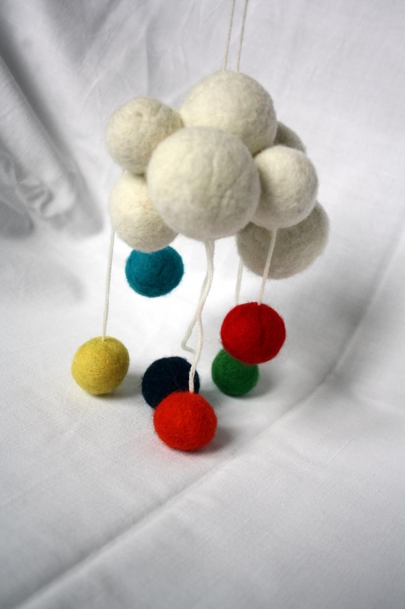 Kleinesbild - handgefilztes kleines Mobile, dicke Wolke mit bunten Bällen