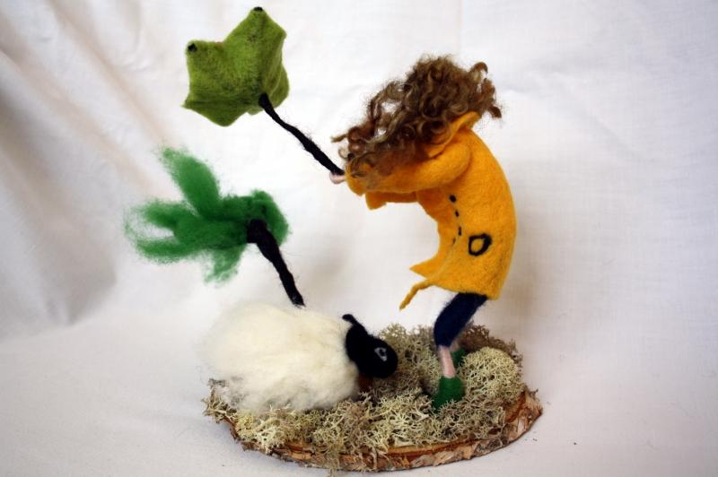 Kleinesbild - handgefilzte Figur, Mädchen und Schaf im Sturm