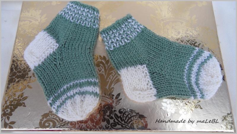 Kleinesbild - Babysocken für Neugeborene, handgestrickt, Farbe: Salbei/Weiß