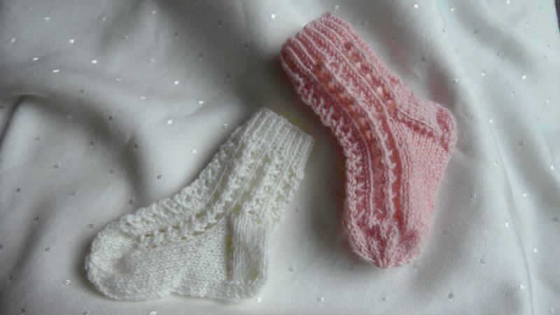 Kleinesbild - Gestrickte Strümpfe, 0-3 Mon. Die Babystrümpfe sind aus  Markensockengarn wahlweise in rosa und weiß. Auch toll als Geschenk zur Geburt oder zur Taufe - 1287