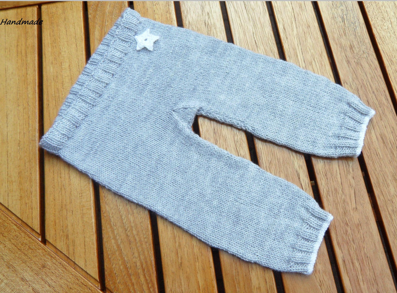 - Handestrickte Babyhose aus 100 % Wolle (Merino) in grau - Handestrickte Babyhose aus 100 % Wolle (Merino) in grau