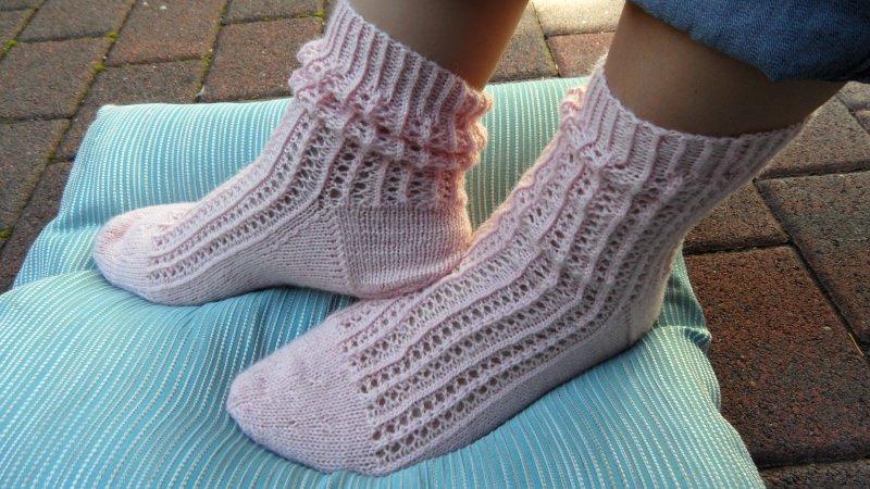 - Socken handgestrickt aus Sockenwolle in rosa. Größe: 38/39. Diese Sockchen sind im  Ajourmuster gestrickt im Trachtenlook -  1288 - Socken handgestrickt aus Sockenwolle in rosa. Größe: 38/39. Diese Sockchen sind im  Ajourmuster gestrickt im Trachtenlook -  1288