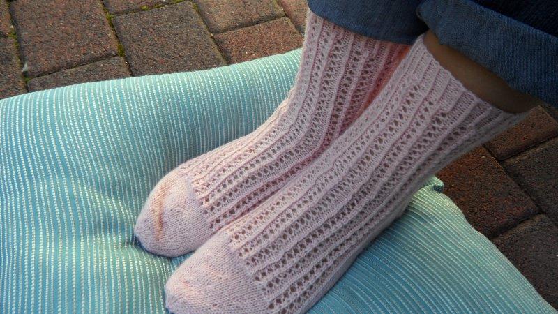 Kleinesbild - Gestrickte Wollsocken, handgestrickt aus Sockenwolle in rosa. Größe: 38/39. Diese Sockchen sind im  Ajourmuster gestrickt im Trachtenlook -  1288