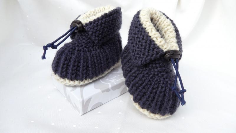 Kleinesbild - Handestrickte Babyschuhe aus Wolle (Merino), dunkelblau/beige, warm