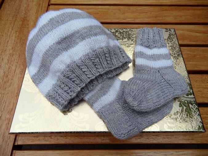 - Handgestricktes Neugeborenenset, grau, weiß, 100 % Wolle (Merino) - Handgestricktes Neugeborenenset, grau, weiß, 100 % Wolle (Merino)