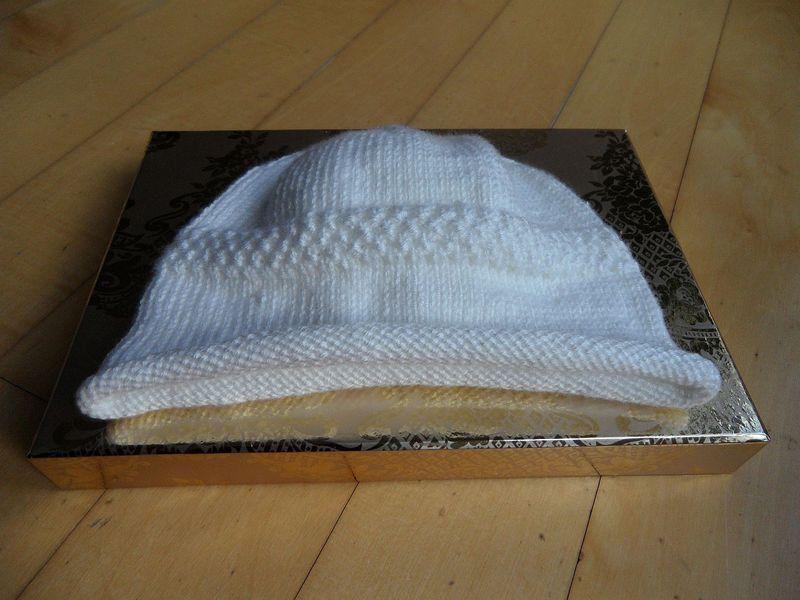 Kleinesbild - Babymütze, Taufmütze mit Rollrand, handgestrickt in weiß