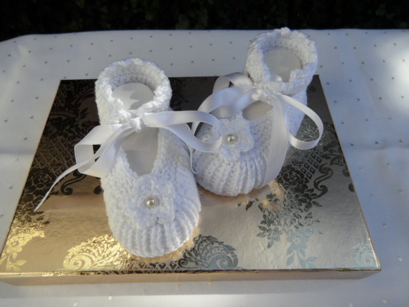 Kleinesbild - Gestrickte Taufschühchen, Gr. 0-3 Mon, in weiß, mit Satinschleife