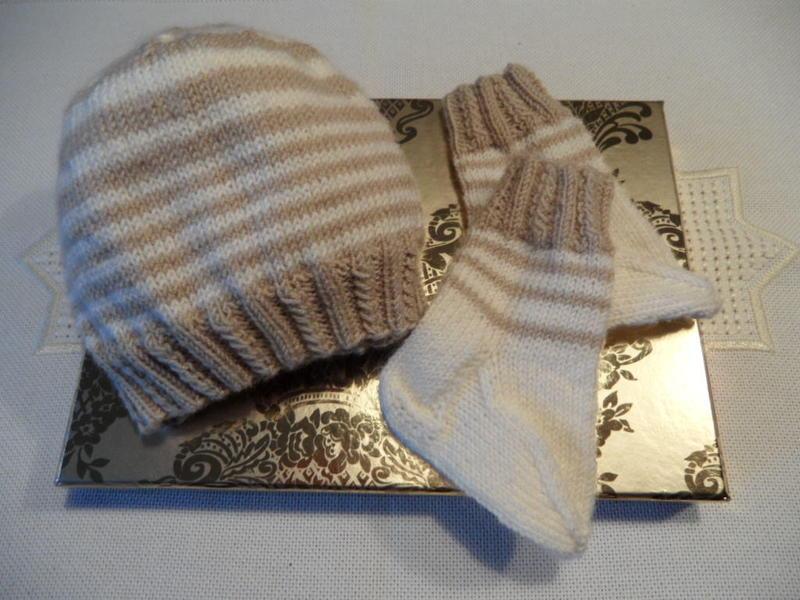 - Neugeborenenset handgestrickt, Babymütze, Babysocken aus Wolle - Neugeborenenset handgestrickt, Babymütze, Babysocken aus Wolle
