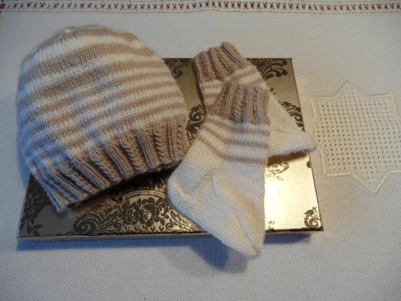 Kleinesbild - Neugeborenenset handgestrickt, Babymütze, Babysocken aus Wolle