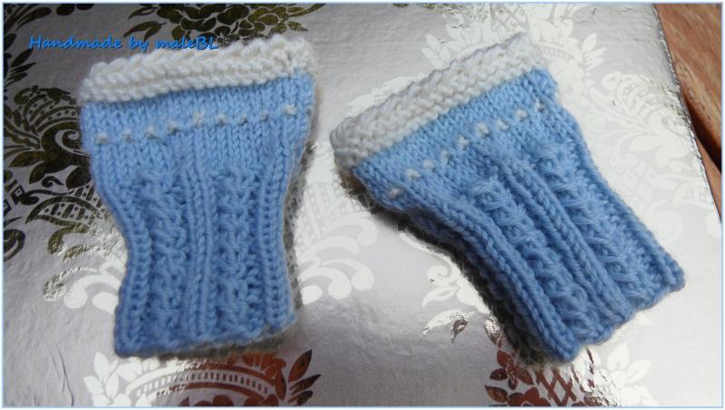 Kleinesbild - Neugeborenenset, Erstlingsset handgestrickt. Babymütze und Babypulswärmer aus  100 % Wolle (Merino) in hellblau/weiß.