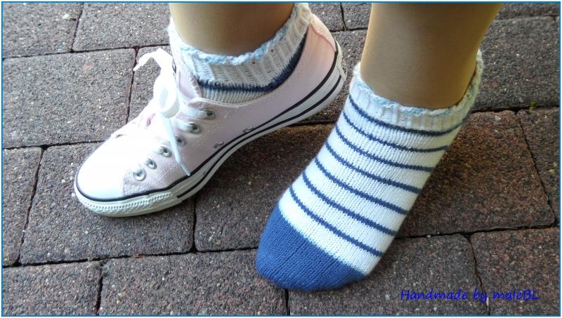 - Sneaker Socken, handgestrickt, Gr. 38/39, weiß, blau - Sneaker Socken, handgestrickt, Gr. 38/39, weiß, blau