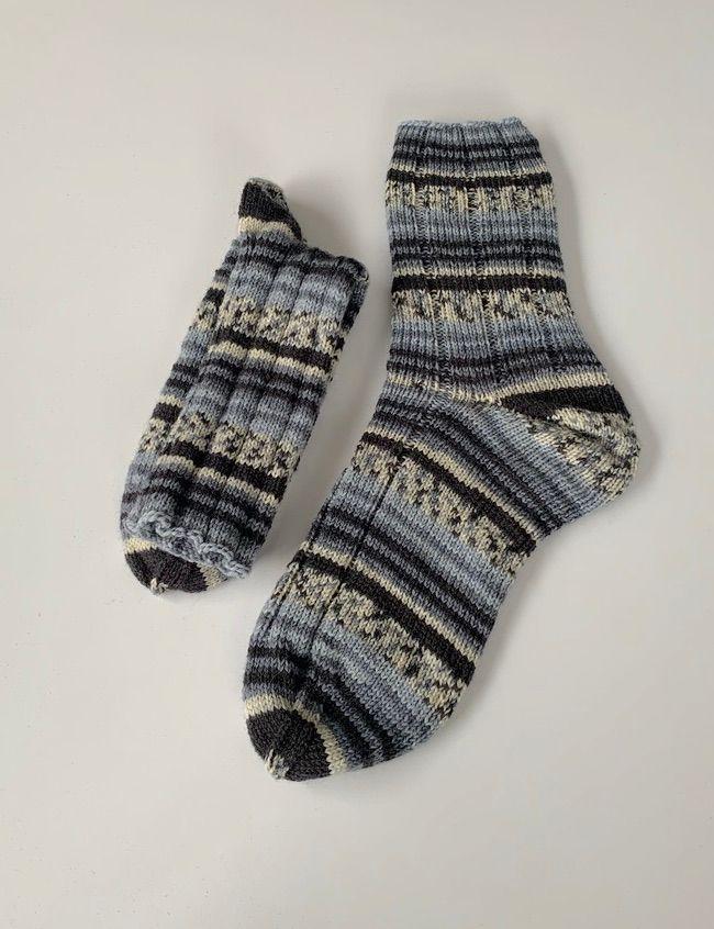 Kleinesbild - Handgestrickte Herrensocken in grau schwarz gemustert 42/43 (165)