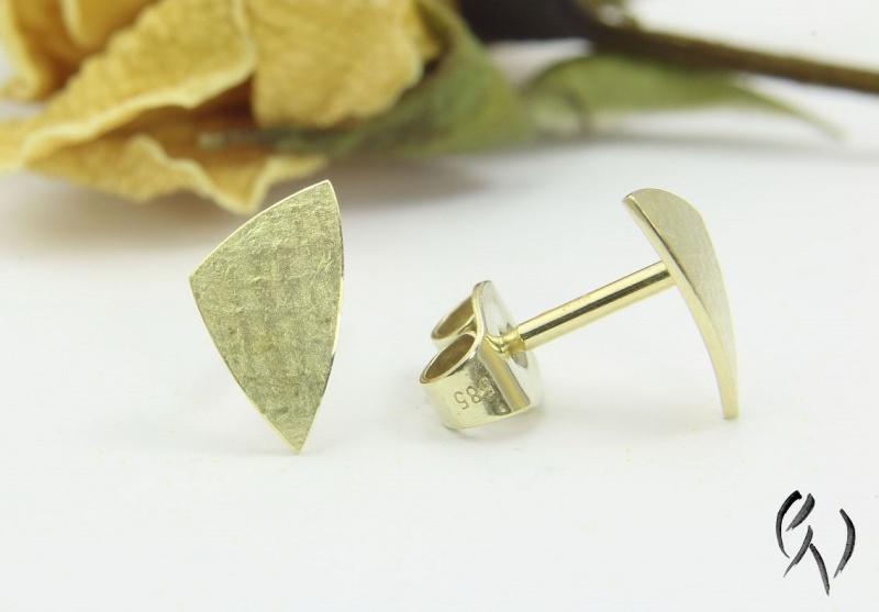 Kleinesbild - Ohrstecker Gold 585/-, kleines ungleichseitiges Dreieck, leinenstrukturiert