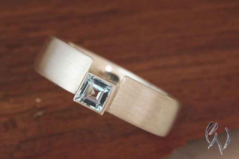 - Handgemachter Ring aus Silber 925/-  mit hellblauem Topas - Handgemachter Ring aus Silber 925/-  mit hellblauem Topas