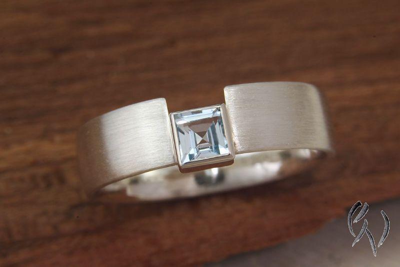 Kleinesbild - Handgemachter Ring aus Silber 925/-  mit hellblauem Topas