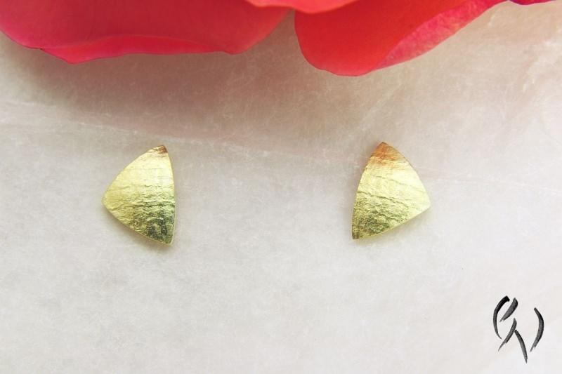 - Ohrstecker Gold 585/-, kleines Dreieck, leinenstrukturiert - Ohrstecker Gold 585/-, kleines Dreieck, leinenstrukturiert