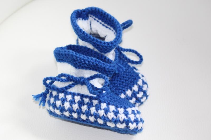 Kleinesbild - handgestrickte süße Babyschühchen, weiß-blau, 100%Polyacryl