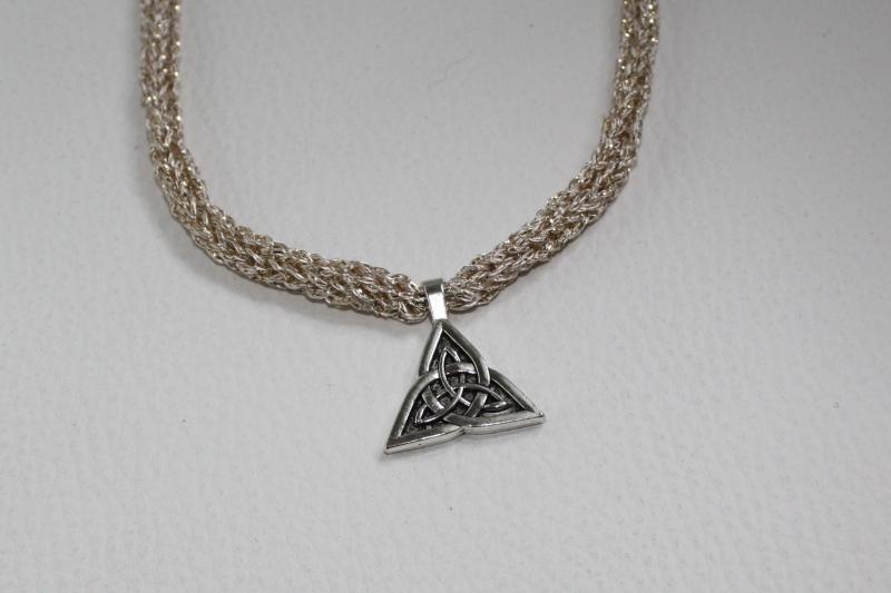 Kleinesbild - handgearbeitete Dirndlkette mit keltischem Knoten Triangel, hellgold, leicht elastisch,