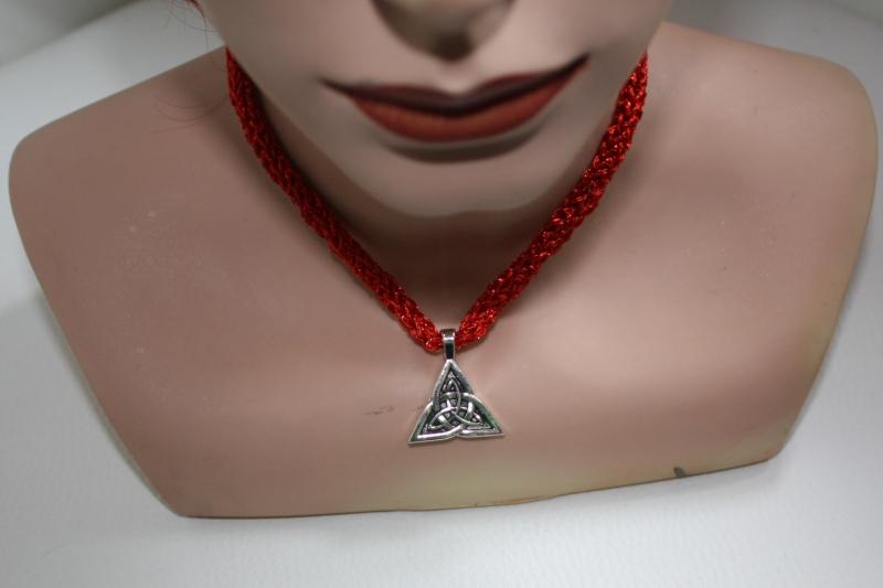 - handgearbeitete Dirndlkette mit keltischem Knoten Triangel, rot Glitzer, leicht elastisch,      - handgearbeitete Dirndlkette mit keltischem Knoten Triangel, rot Glitzer, leicht elastisch,