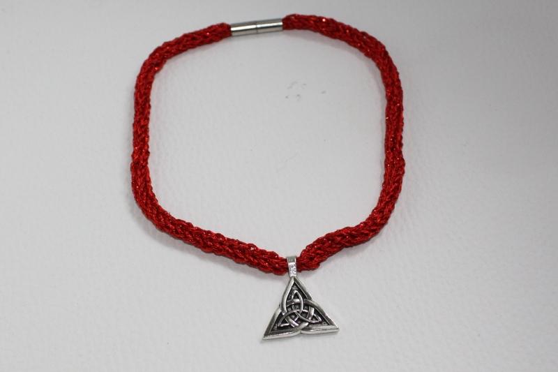 Kleinesbild - handgearbeitete Dirndlkette mit keltischem Knoten Triangel, rot Glitzer, leicht elastisch,