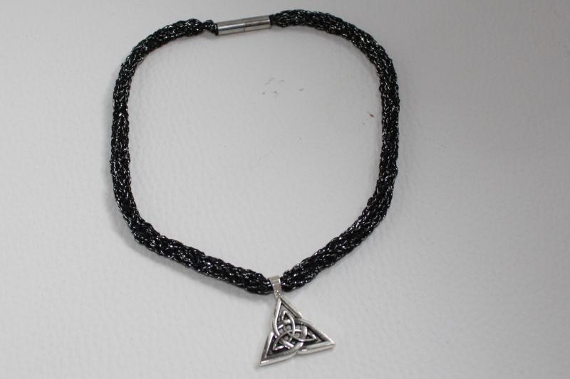 - handgearbeitete Dirndlkette mit keltischem Knoten Triangel, schwarz/silber, leicht elastisch,      - handgearbeitete Dirndlkette mit keltischem Knoten Triangel, schwarz/silber, leicht elastisch,