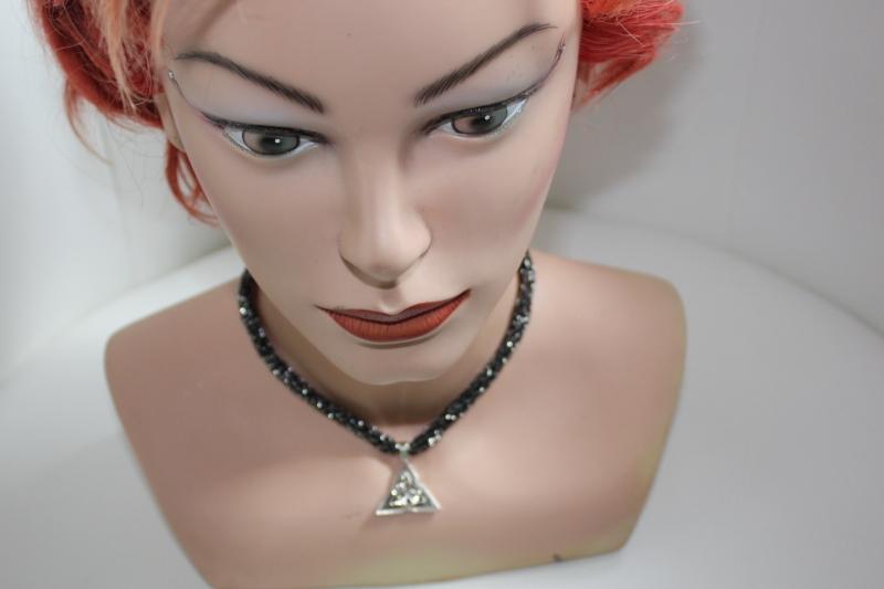 Kleinesbild - handgearbeitete Dirndlkette mit keltischem Knoten Triangel, schwarz/silber, leicht elastisch,