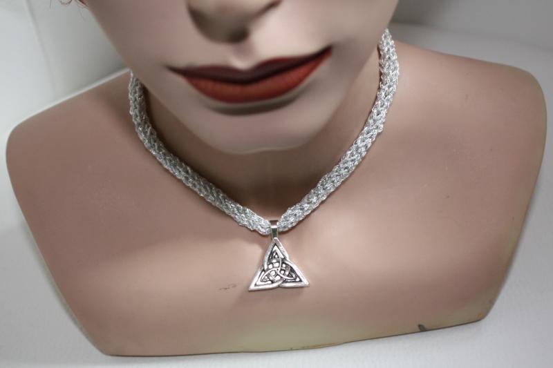 - handgearbeitete Dirndlkette mit keltischem Knoten Triangel, weiß/silber, leicht elastisch,    - handgearbeitete Dirndlkette mit keltischem Knoten Triangel, weiß/silber, leicht elastisch,