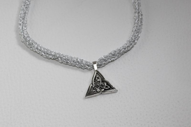 Kleinesbild - handgearbeitete Dirndlkette mit keltischem Knoten Triangel, weiß/silber, leicht elastisch,