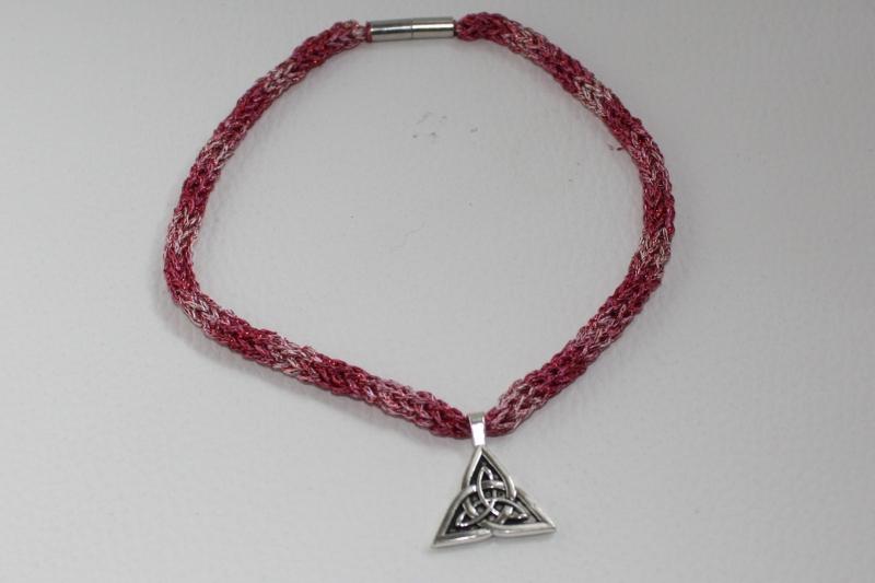 - handgearbeitete Dirndlkette mit keltischem Knoten Triangel, pink, leicht elastisch,      - handgearbeitete Dirndlkette mit keltischem Knoten Triangel, pink, leicht elastisch,