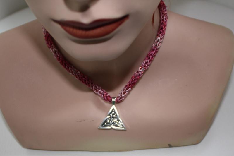 Kleinesbild - handgearbeitete Dirndlkette mit keltischem Knoten Triangel, pink, leicht elastisch,
