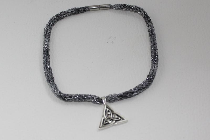 Kleinesbild - handgearbeitete Dirndlkette mit keltischem Knoten Triangel, antik-silber, leicht elastisch,