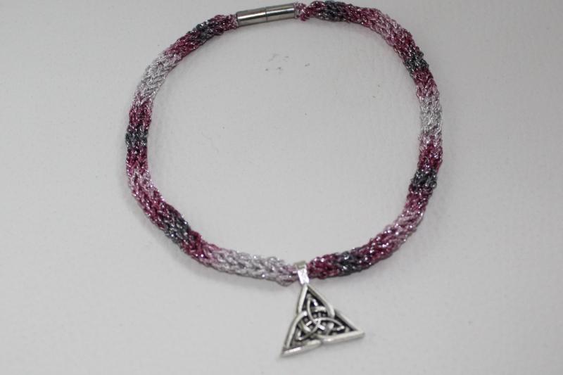 - handgearbeitete Dirndlkette mit keltischem Knoten Triangel, rosa-grau-silber, leicht elastisch,     - handgearbeitete Dirndlkette mit keltischem Knoten Triangel, rosa-grau-silber, leicht elastisch,