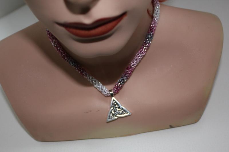 Kleinesbild - handgearbeitete Dirndlkette mit keltischem Knoten Triangel, rosa-grau-silber, leicht elastisch,