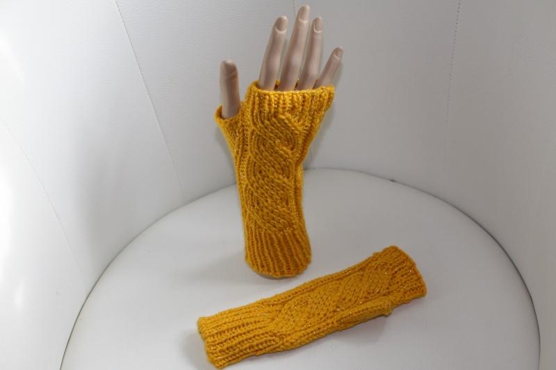 Kleinesbild - handgestrickt Arm-/Handstulpen mit Glitzer und Daumenloch, dunkelgelb