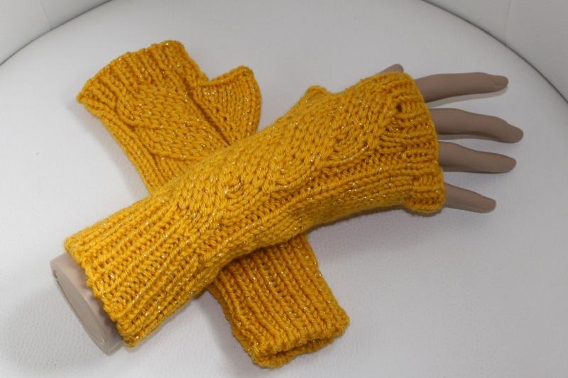 - handgestrickt Arm-/Handstulpen mit Glitzer und Daumenloch, dunkelgelb - handgestrickt Arm-/Handstulpen mit Glitzer und Daumenloch, dunkelgelb