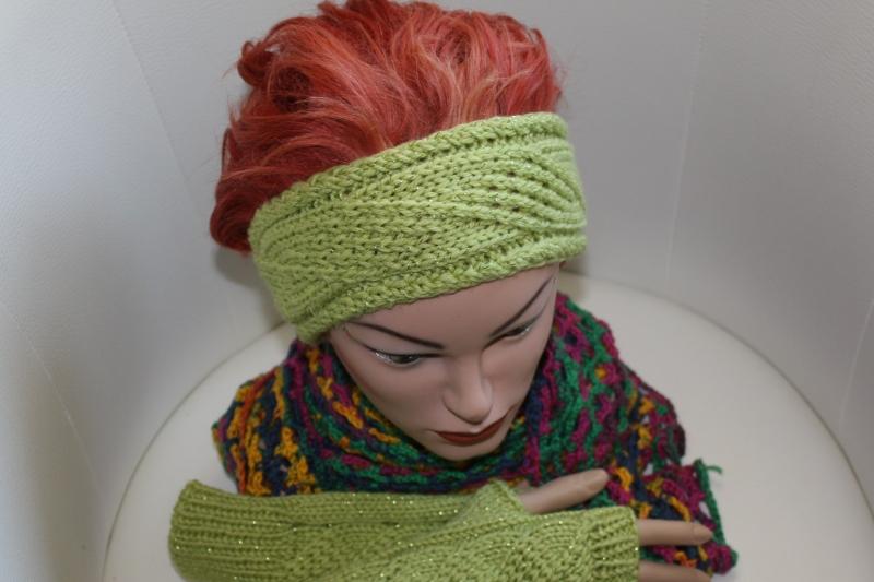 - handgestricktes Stirnband in modischem maigrün mit Glitzer und Muster, KU ca. 55-58 cm               - handgestricktes Stirnband in modischem maigrün mit Glitzer und Muster, KU ca. 55-58 cm