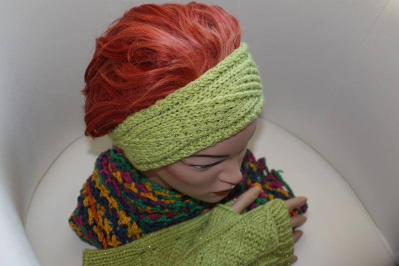Kleinesbild - handgestricktes Stirnband in modischem maigrün mit Glitzer und Muster, KU ca. 55-58 cm